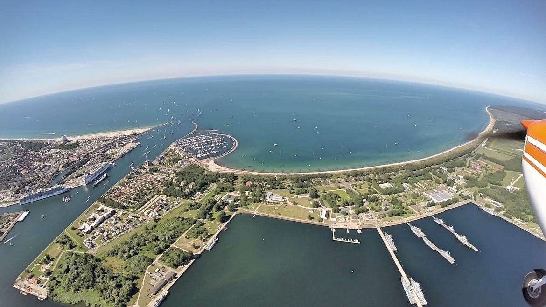 Rundflug Höhe Überseehafen Rostock Warnemünde. Es ist der Küstenabschnitt vor Warnemünde und Hohe Düne aus Richtung Süden kommend zu sehen